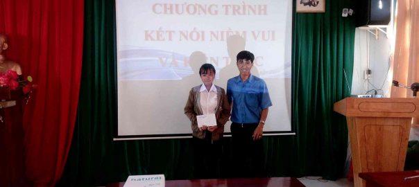 Trao học bổng cho em Ánh Xuân lớp 9A3